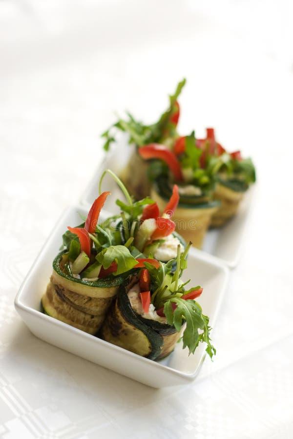 La salade de courgette roule avec du fromage photo stock