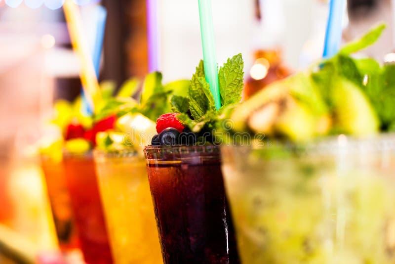 La salade de fruits a arrangé dans des tasses en plastique sur un foyer de stalle du marché sur la tasse avant moyenne. photo stock
