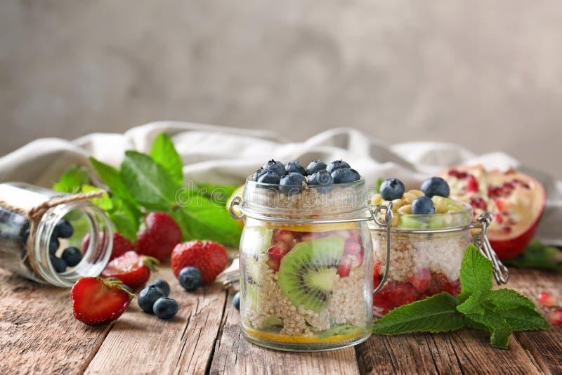 La salade de fruits avec le quinoa a servi dans des pots en verre image libre de droits