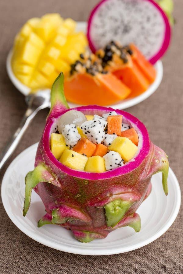 La salade de fruits tropicale fraîche dans la peau de fruit du dragon, se ferment  photos stock