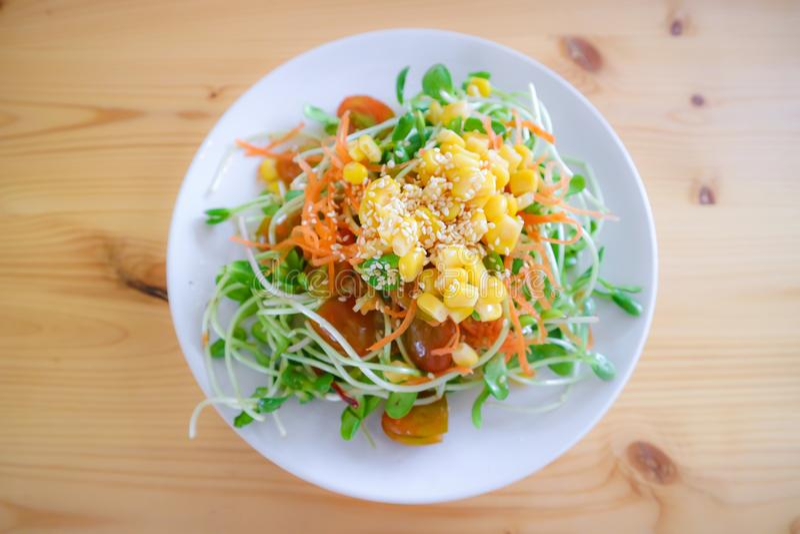 La salade de pousse de tournesol avec des carottes glissent, maïs arrosé et wh photo stock