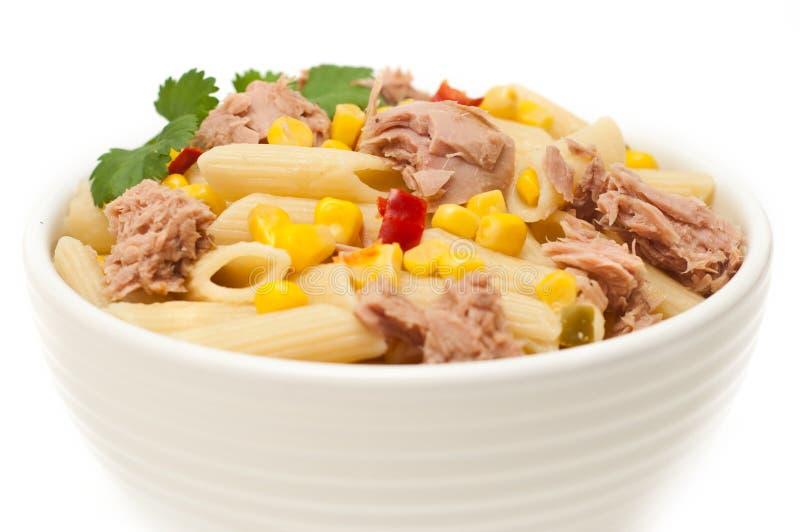 La salade de thon et de pâtes a isolé image stock