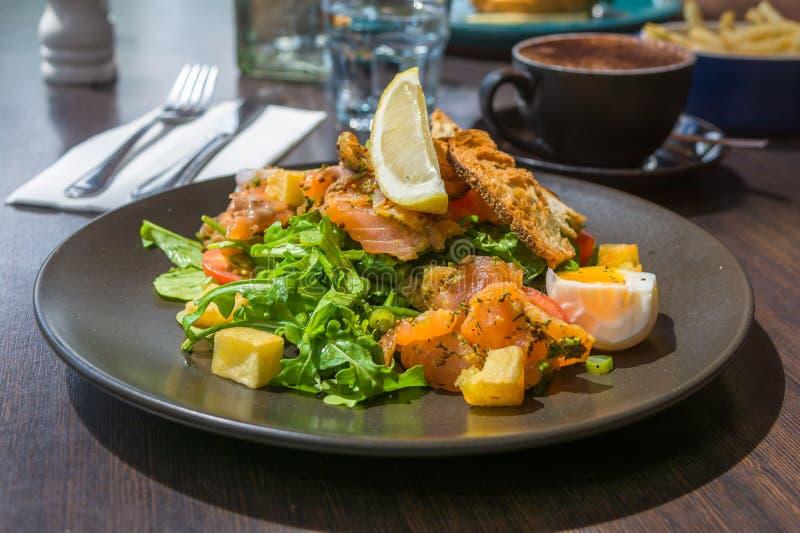 La salade fraîche avec les saumons fumés, oeufs Benoît photo libre de droits