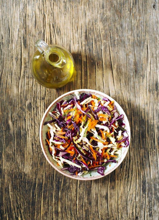 La salade fraîche de salade de choux a servi dans la cuvette sur la table en bois photographie stock