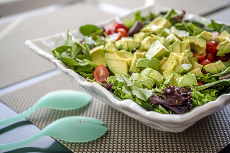 La salade végétale naturelle faite à partir des feuilles et la tomate et l'avocat verts aidera le corps à obtenir la dose nécessa photo stock