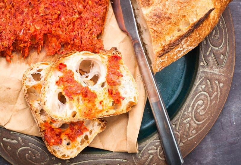 La salchicha calabresa de Nduja del italiano picante sirvió con vagos caseros rústicos fotografía de archivo libre de regalías