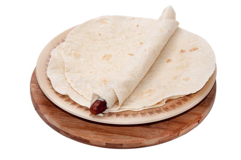 La salchicha del Bbq rodó para arriba en una tortilla mexicana imágenes de archivo libres de regalías