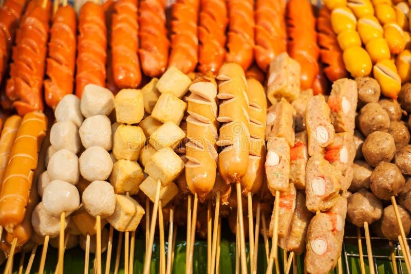 La salchicha frita se pega como comida popular de la calle fotos de archivo libres de regalías