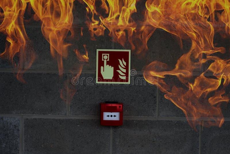 La salida de socorro de la emergencia en la pared de piedra con el fuego flamea imágenes de archivo libres de regalías