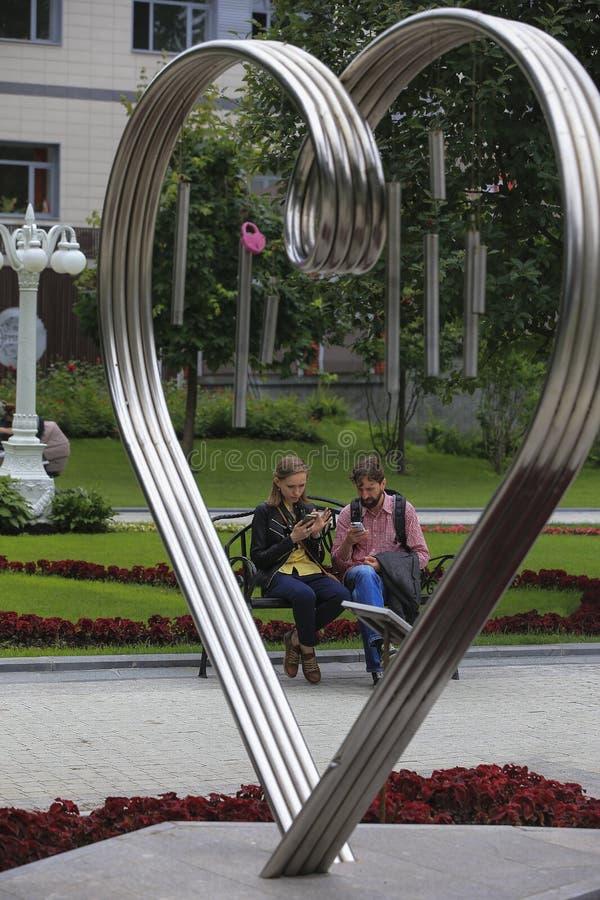 - la salida de un par joven en la ermita Moscú soc del parque fotos de archivo