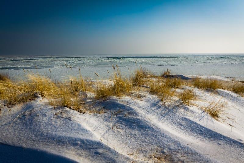 La salida del sol adentro frosen la playa imagen de archivo
