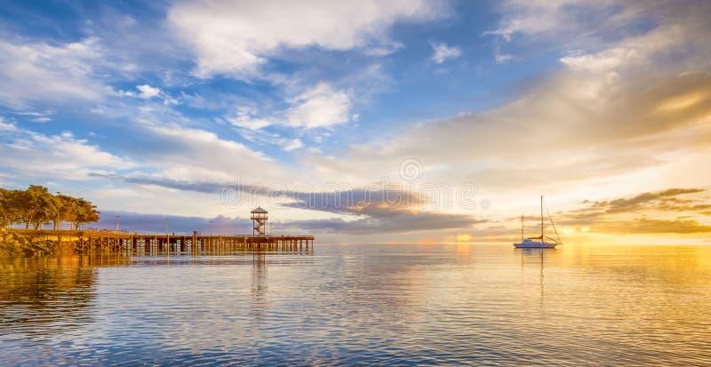 La salida del sol aligera el cielo en el puerto Ángeles, Washintong imagenes de archivo