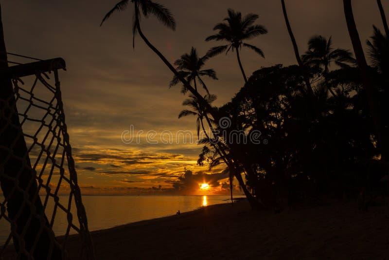 La salida del sol colorida en las arenas de Tambua vara en las Islas Fiji, Fiji fotografía de archivo