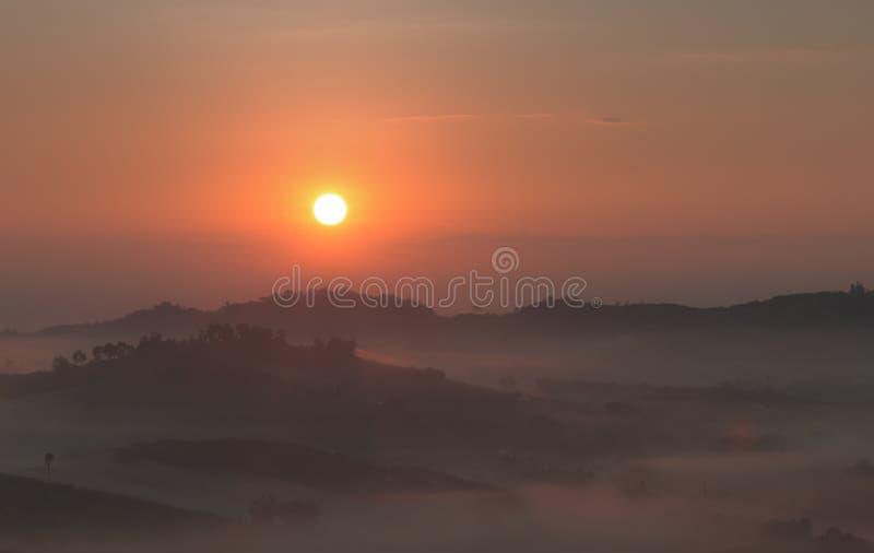La salida del sol con una niebla en el invierno imagen de archivo libre de regalías