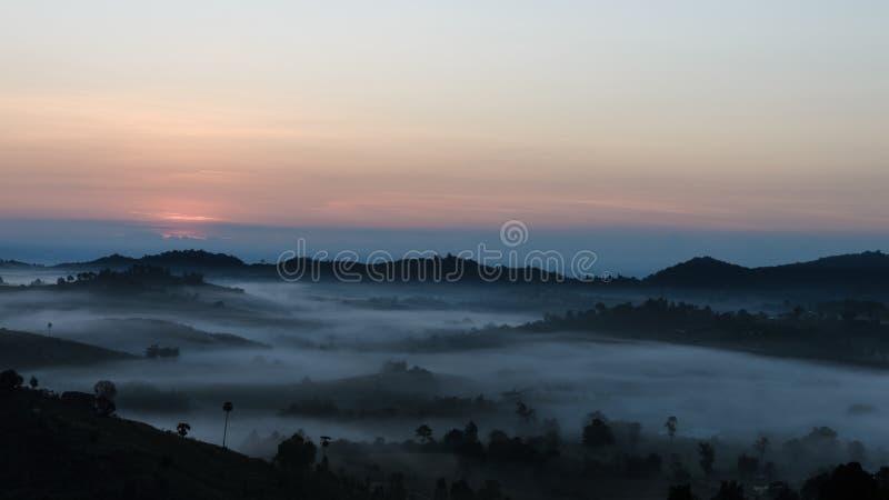 La salida del sol con una niebla en invierno imágenes de archivo libres de regalías