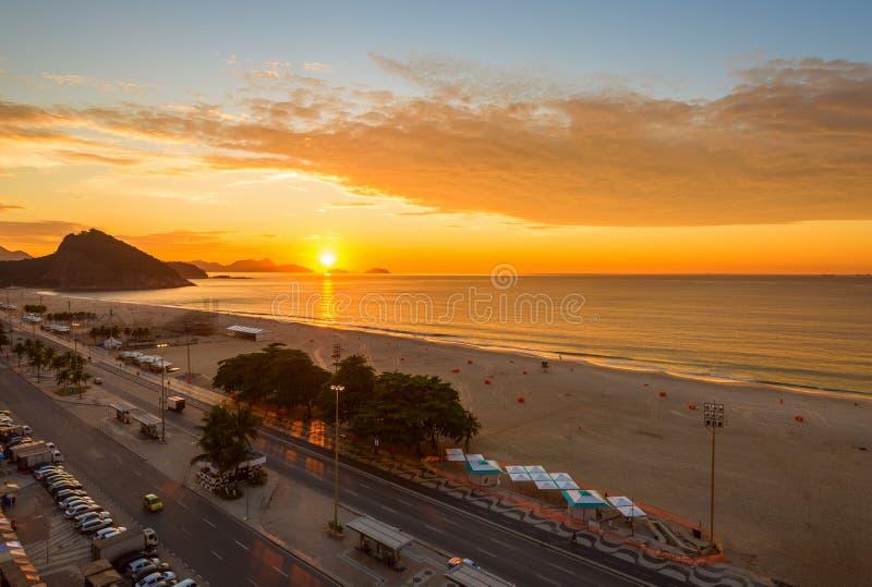 La salida del sol en Copacabana y Leme varan en Rio de Janeiro fotografía de archivo