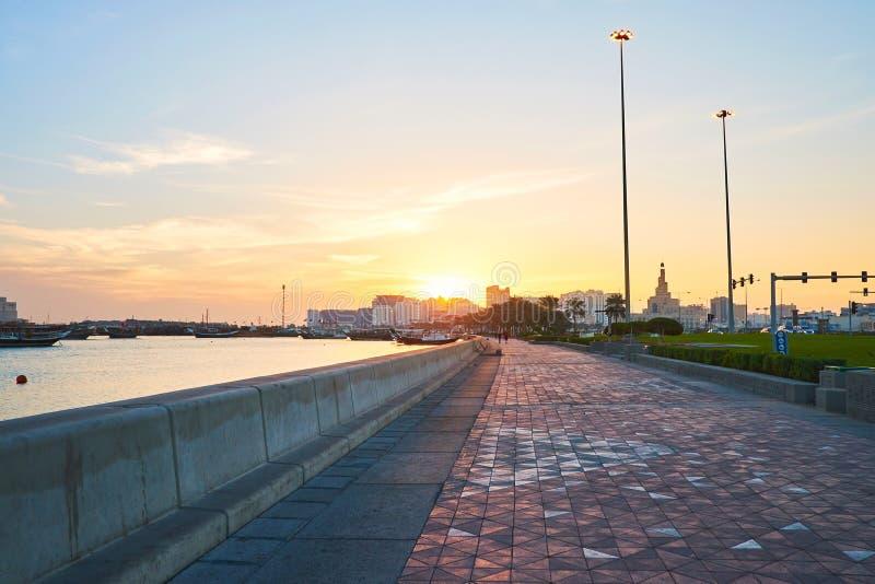 La salida del sol en Doha, Qatar imagen de archivo libre de regalías