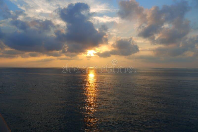 La salida del sol en el mar imagen de archivo libre de regalías