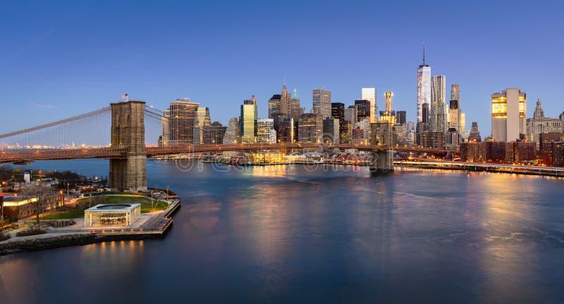 La salida del sol en el puente de Brooklyn y Manhattan bajan a la zona este fotografía de archivo libre de regalías