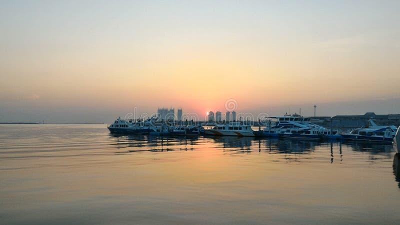 La salida del sol en el puerto fotografía de archivo libre de regalías