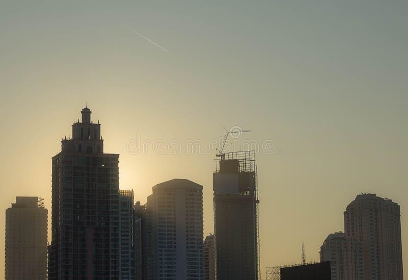 La salida del sol en la ciudad de Bangkok imagen de archivo