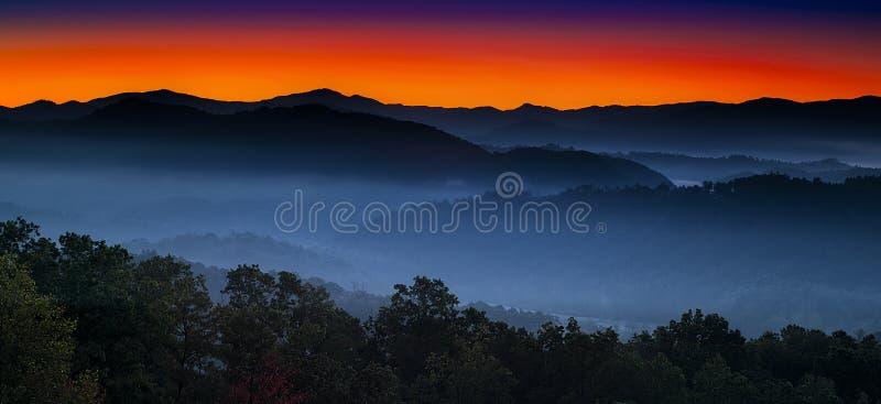 La salida del sol en las colinas pasa por alto fotos de archivo libres de regalías