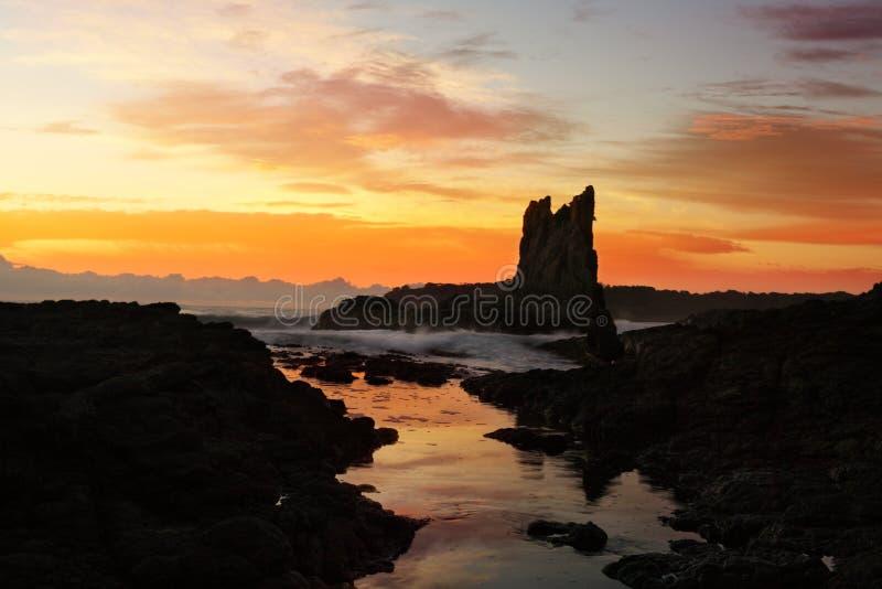 La salida del sol en las rocas de la catedral, Kiama traga Australia foto de archivo