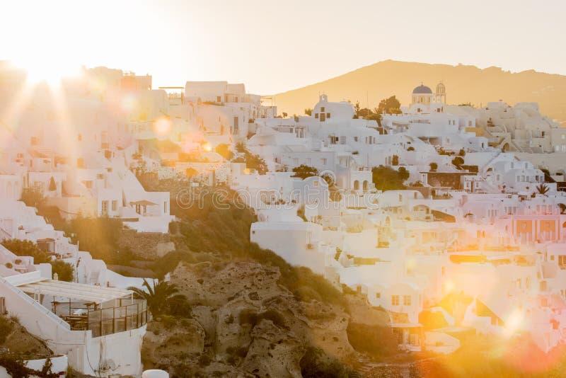 La salida del sol en Santorini, foto con el sol pesado señala por medio de luces foto de archivo libre de regalías