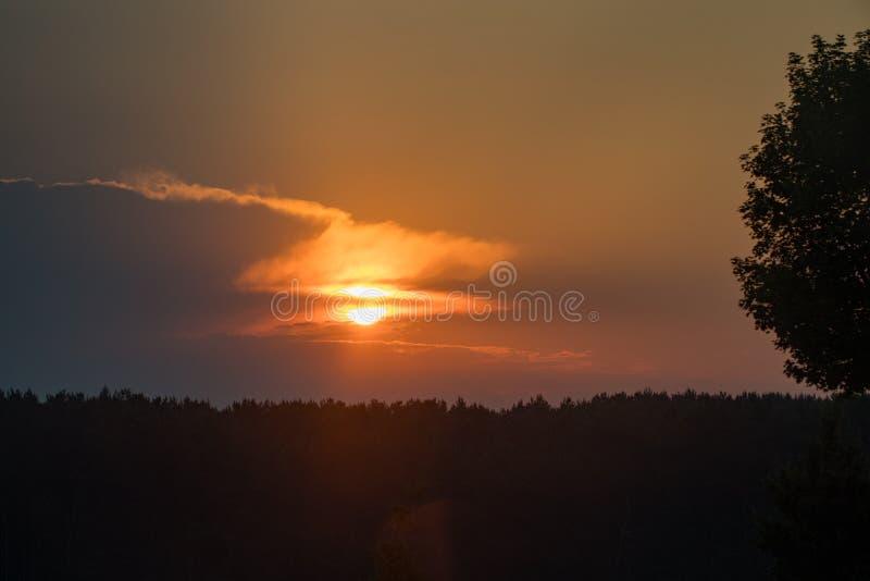 La salida del sol hermosa y divina en las montañas ajardina imagenes de archivo