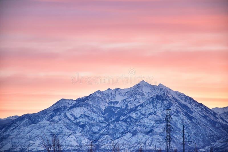 La salida del sol del invierno panorámica, vista de la nieve capsuló Wasatch Front Rocky Mountains, valle de Great Salt Lake y Cl foto de archivo libre de regalías