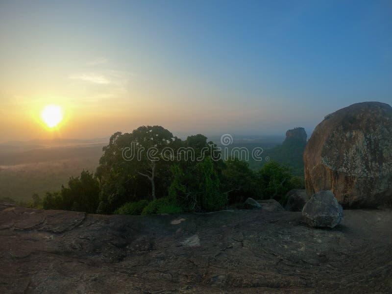 La salida del sol perfecta sobre la roca de Sigiriya Visto una roca superior de Pidurangala, Sri Lanka fotografía de archivo