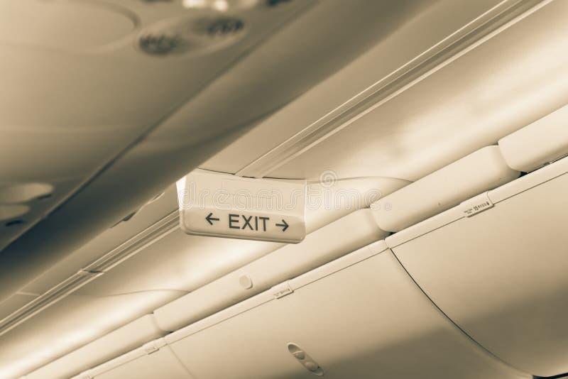 La salida que brilla intensamente del tono del vintage firma adentro el aeroplano del anuncio publicitario del pasajero foto de archivo libre de regalías