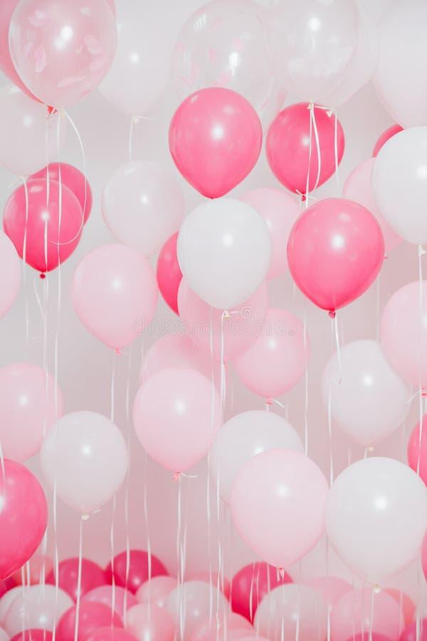 La salle avec les ballons roses photos stock