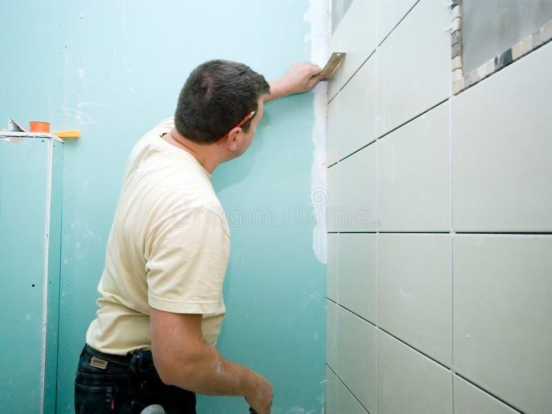 La salle de bains couvre de tuiles la rénovation photo libre de droits