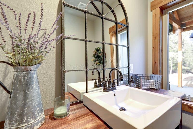 La salle de bains fantastique revendique un lavabo en bois de style campagnard images libres de droits
