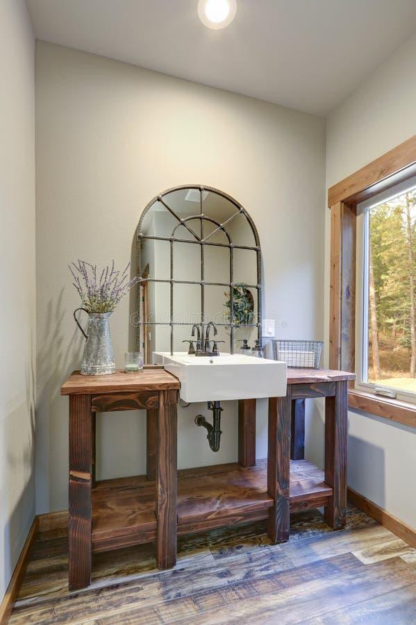 La salle de bains fantastique revendique un lavabo en bois de style campagnard photos stock