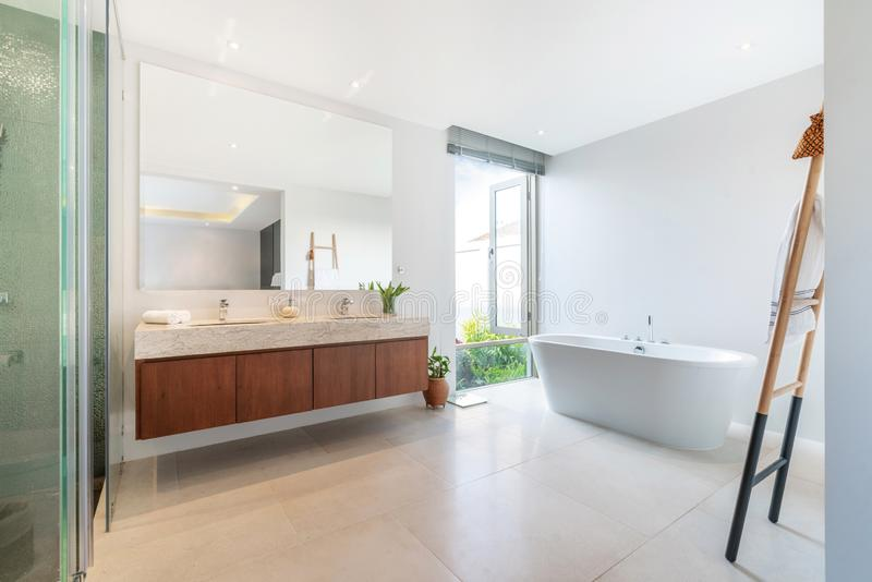 La salle de bains de luxe comporte la maison de bassin et de baignoire, maison, bâtiment image libre de droits