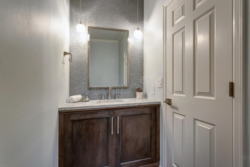 La salle de bains moderne avec du marbre a complété la vanité image libre de droits