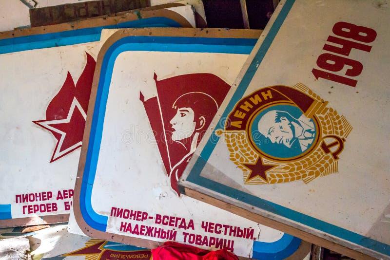 La salle ou le coin rouge du Lénine abandonné dans le bâtiment détruit du camp pionnier et des attributs communistes du Soviétiqu photographie stock libre de droits