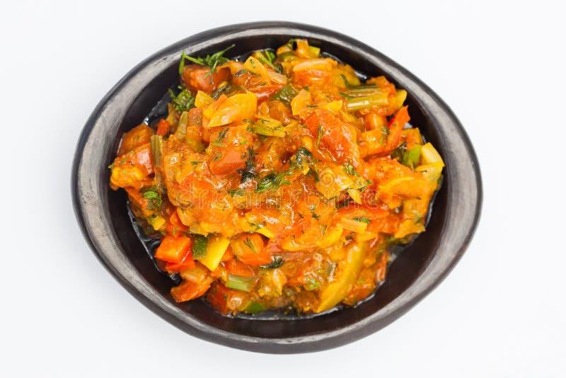 La salsa colombiana tradicional llamada hogao sirvió en un plato de cerámica negro imagen de archivo libre de regalías