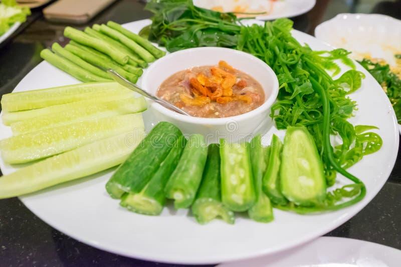 La salsa de chile de la gamba sirvió con las verduras tales como tipo de la calabaza amarga y de la haba verde fotos de archivo libres de regalías