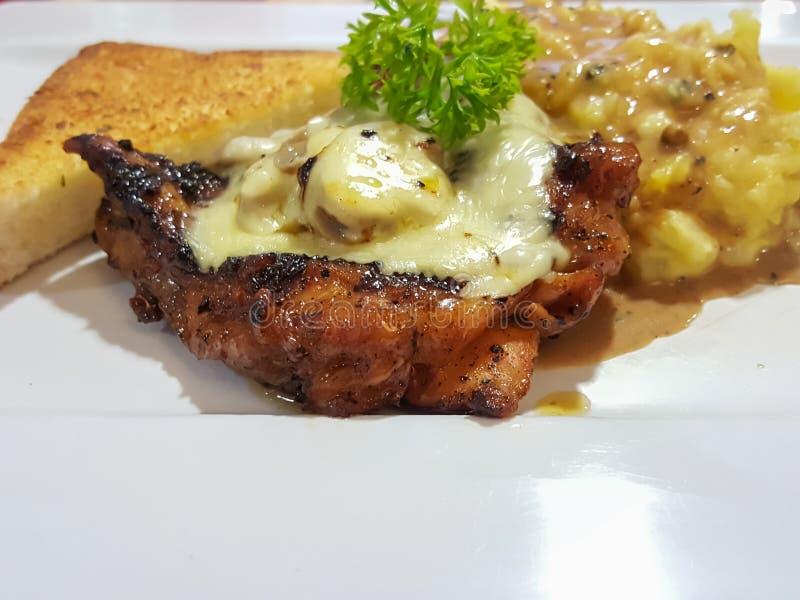 La salsa de seta del champiñón del pollo del filete sirvió con el potat triturado imagen de archivo libre de regalías