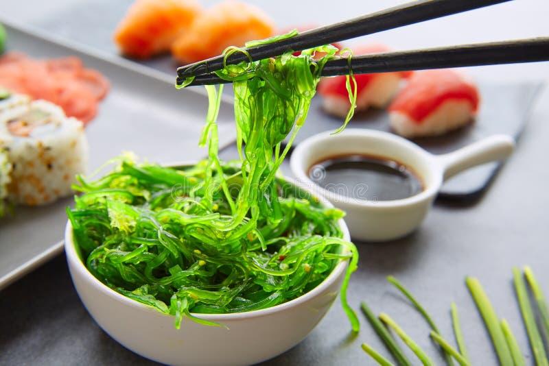 La salsa de soja del sushi Maki y de Niguiri California rueda foto de archivo libre de regalías