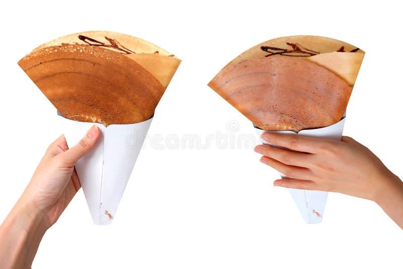 La salsa di cioccolatino con carne di maiale tagliuzzata secca drappeggia con crespo il pancake, vista superiore La donna è mano  fotografia stock