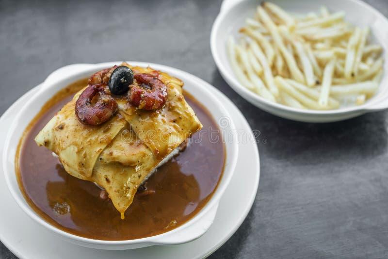La salsa piccante del formaggio tradizionale della carne di Francesinha ha grigliato il panino fotografie stock libere da diritti