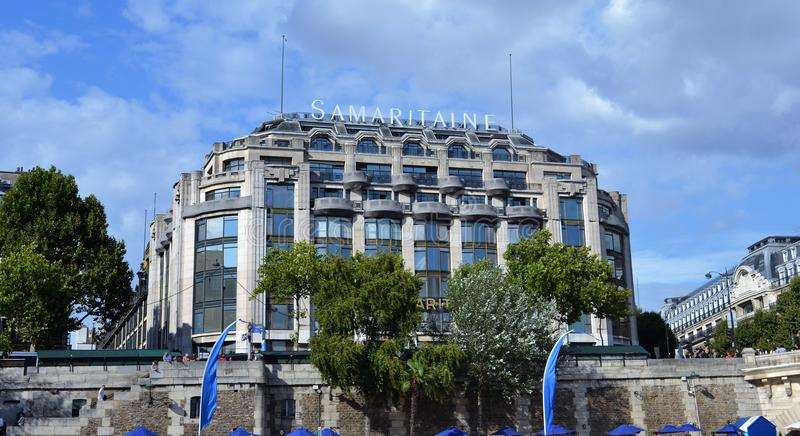 La Samaritaine大厦,从Siene河的看法,在新桥桥梁前 库存照片