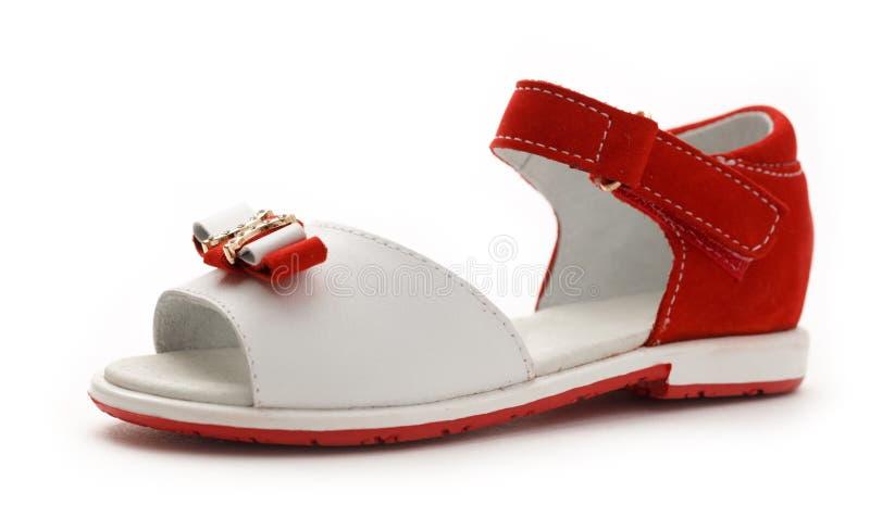La sandalia roja y blanca de la muchacha fotografía de archivo