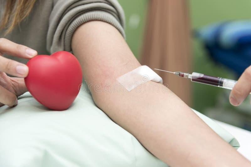 La sangre recoge por la enfermera en el hospital, examen a del análisis de sangre imagenes de archivo