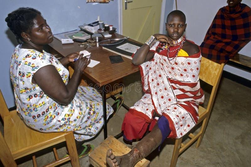 La sanità, donna di Maasai visita la clinica con la gamba aperta fotografia stock