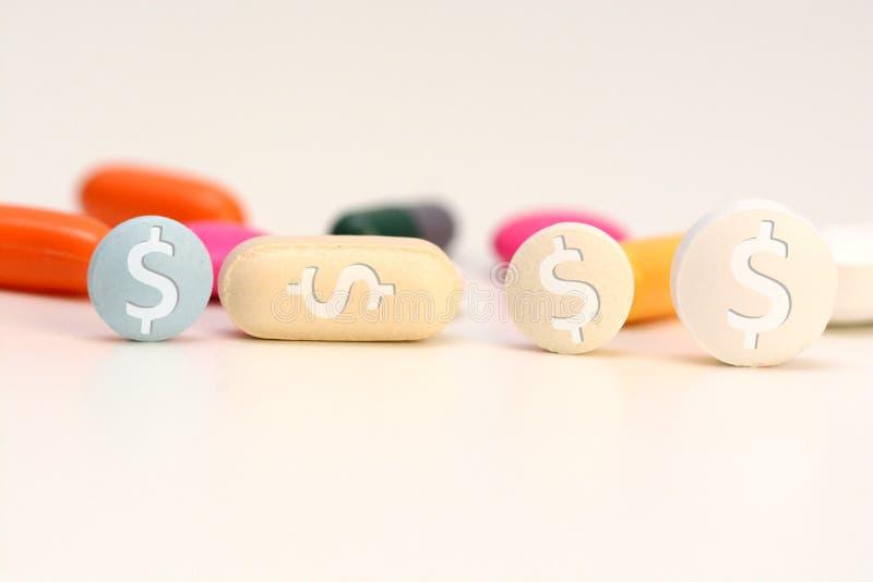La sanità ha costato il concetto con le droghe mediche multicolori con il simbolo del dollaro americano fotografia stock